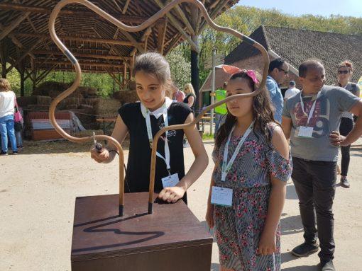 Geconcentreerd zijn 2 meisjes het spiraalboom aan het spelen.