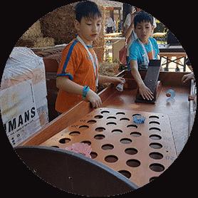 twee jongens spelen het oud hollandse spel: pluimerd